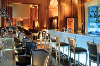 Le Bar du Plaza Athénée - Hotel Bar in Paris.