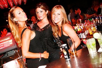 Opium sessions barcelona summer club night party earth for Night club barcelona
