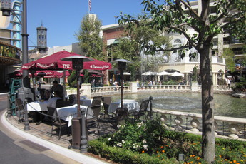 Restaurants near Farmers Market Los Angeles Restaurants in this area are known for Italian, French, American, Californian and Greek cuisines. Some of the popular local menu items include Mezze Plate, Flat Bread, Steamed Mussels, Creme Brulee and Couscous.